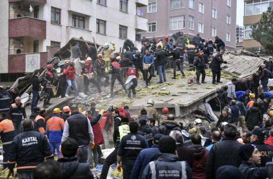 У Стамбулі рятувальники витягли 6 осіб з-під завалів житлового будинку