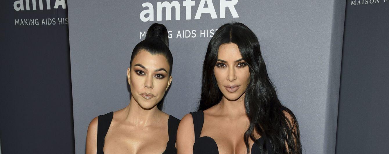 Эпатажная Ким Кардашян шокировала платьем, которое едва прикрыло ее грудь