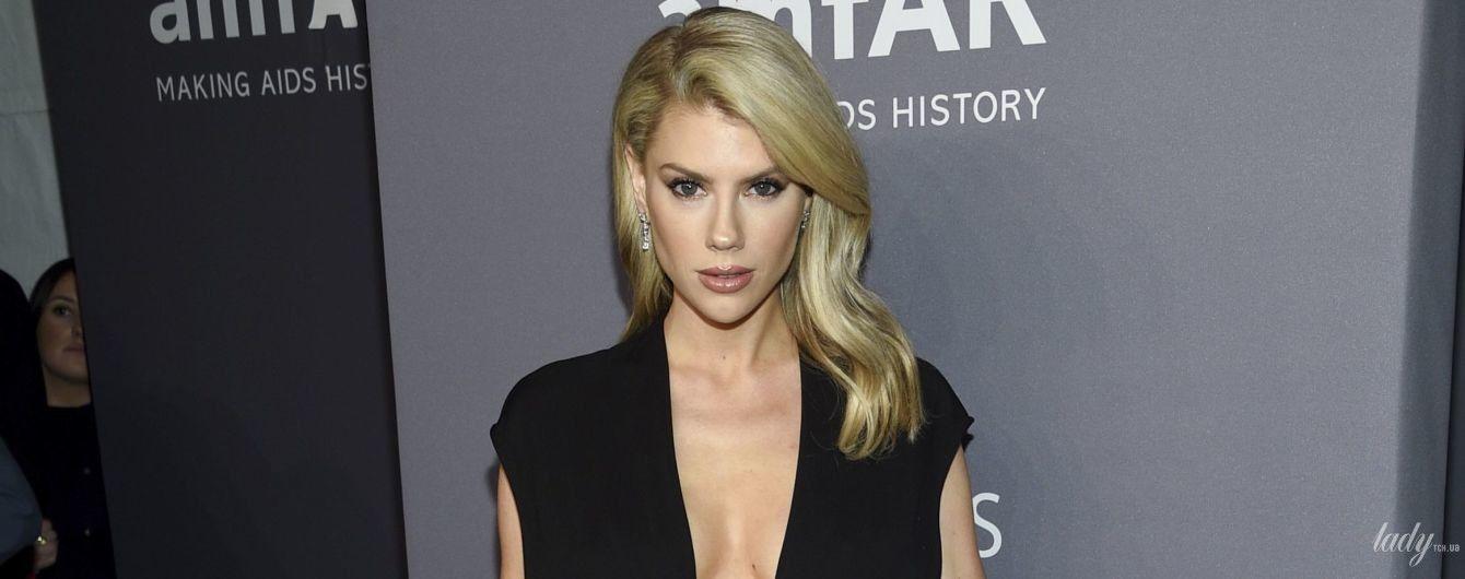 Смело: 25-летняя американская модель появилась на благотворительном вечере в наряде с глубоким декольте