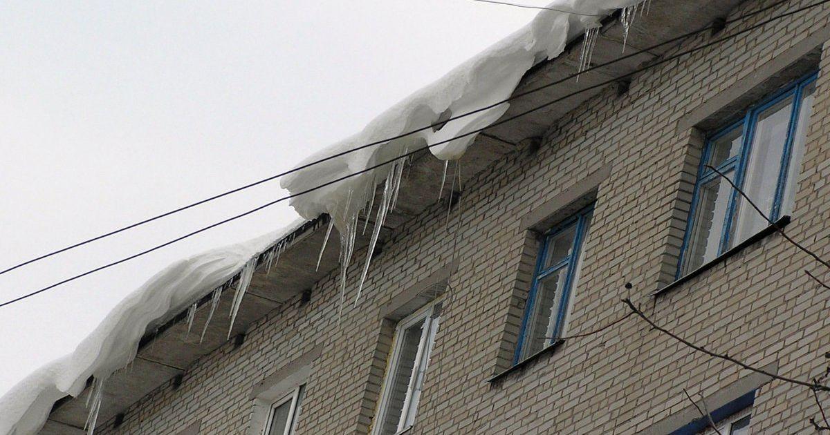 В Киеве сосульки в течение дня травмировали двух людей: пострадавших госпитализировали