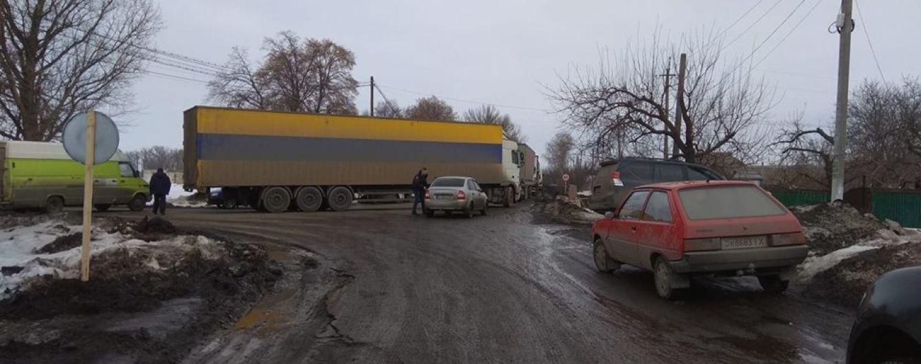 Ехать невозможно. Крестьяне заблокировали важное шоссе на Полтавщине