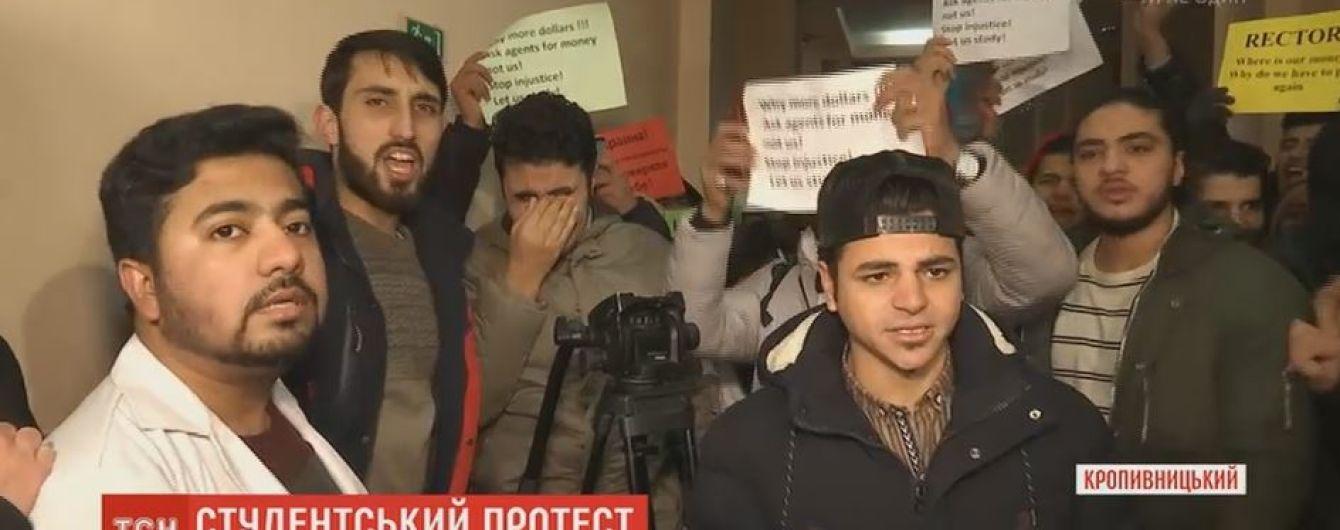 Иностранные студенты в Кропивницком пикетируют университет из-за пропавших средств за обучение