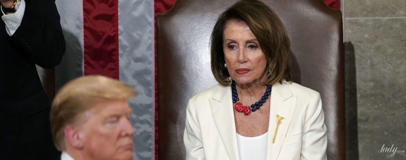 В белом костюме и с красивым ожерельем: 78-летний спикер Палаты представителей США в Конгрессе