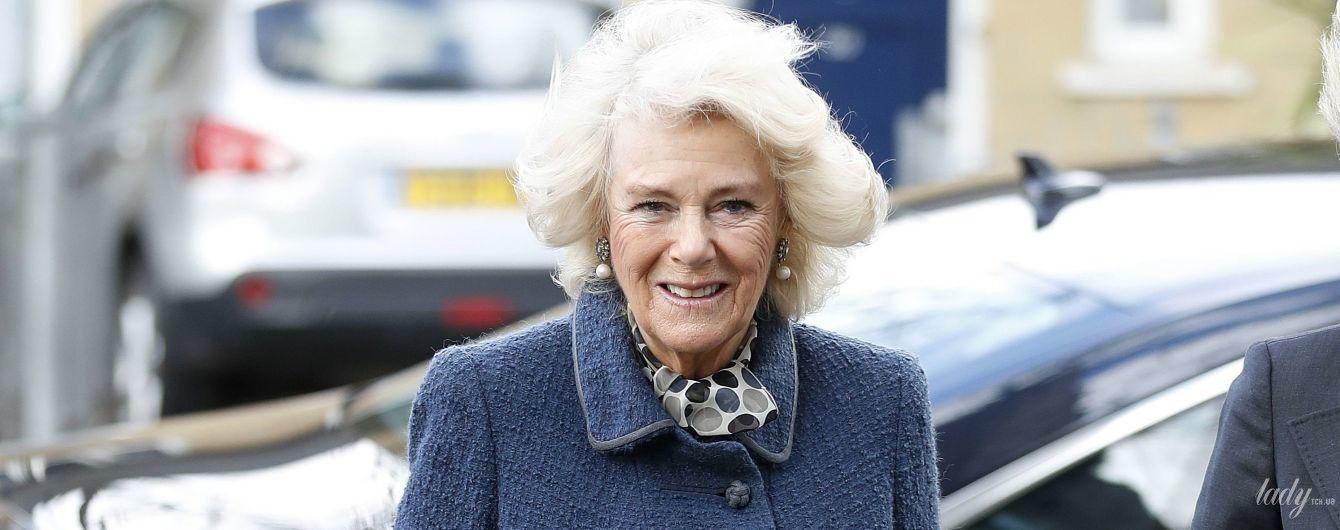 А она все хорошеет: герцогиня Корнуольская в новом образе приехала в одну из лондонских школ