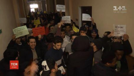Иностранные студенты пикетируют Донецкий национальный медицинский университет в Кропивницком