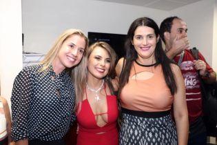 Смело или вульгарно: новый сенатор Бразилии пришла на присягу в красном комбинезоне с откровенным декольте