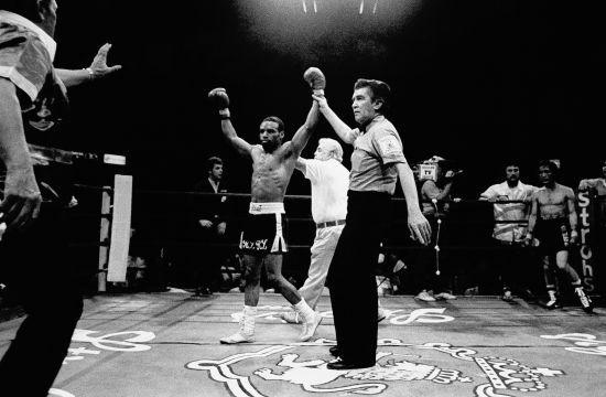 Пішов з життя американський боксер, який побив Мейвезера