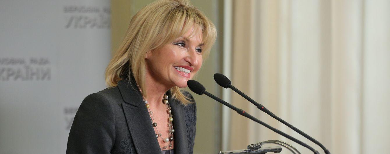 """Конфуз із """"бляхою"""": Парубій і Луценко підтримали депутатку, яка не стрималася на трибуні"""
