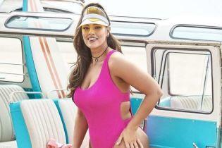 У яскравих купальниках та на роликах: Ешлі Грем позувала на пляжі для нового фотосету