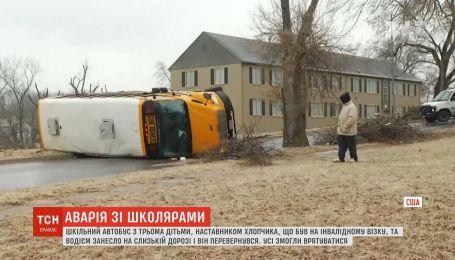 В американском штате Миссури школьный автобус перевернулся на скользкой дороге