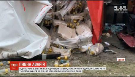 Пивная авария: в Днепре перевернулась фура, которая перевозила тысячи бутылок с пенным напитком