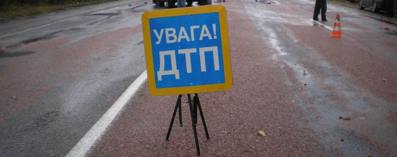 На трасі Київ-Чоп мотоцикліст зіткнувся з авто і вилетів під фуру