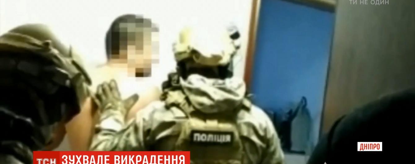 В Днепре злоумышленники неделю пытали мужчину в подвале, требуя четыре миллиона гривен