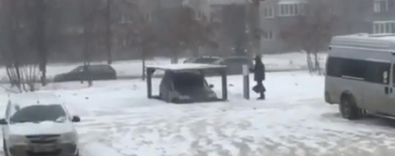 В России изобретательный водитель прячет авто от угонщиков под землей