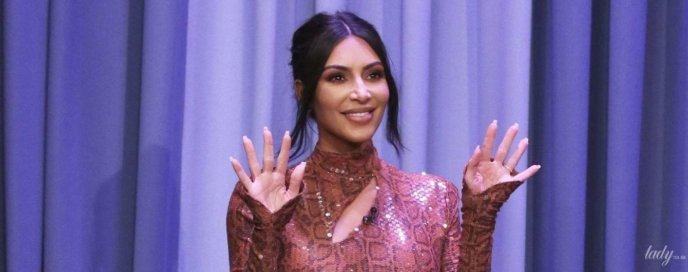 Она великолепна: Ким Кардашьян подчеркнула сексуальные формы винтажным платьем