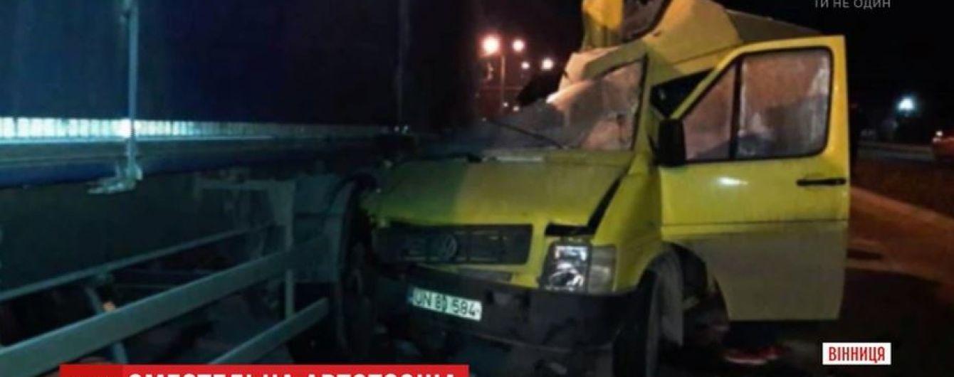 В Виннице маршрутка с гражданами Молдовы влетела в фуру: трое погибших