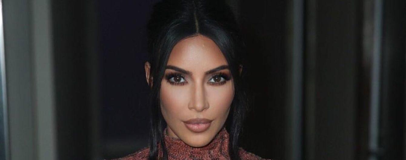 Женщина-змея: Ким Кардашян шокировала обтягивающим блестящим платьем с ярким принтом