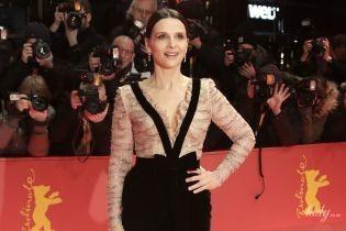"""Сяє на червоній доріжці: 54-річна Жюльєт Бінош у красивому образі на кінофестивалі """"Берлінале"""""""