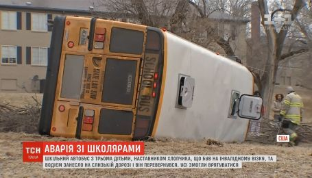 В США школьный автобус с детьми перевернулся на скользкой дороге
