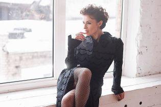 В плащі та колготах в сітку: Надія Мейхер похизувалася двома стильними образами