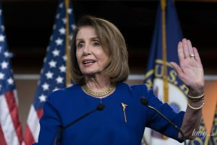 В синем платье-футляре и нюдовых лодочках: новый аутфит спикера Палаты представителей США