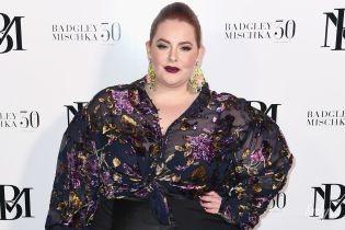В прозрачной блузке и с насыщенным макияжем: модель plus-size Тесс Холлидей на фэшн-шоу