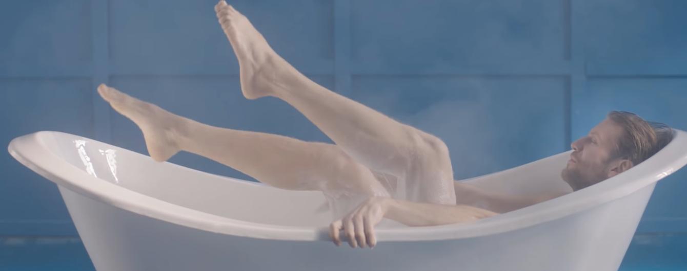 Обнаженный Иван Дорн эротично искупался в ванной с йогуртом