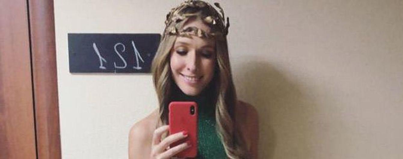 У зеленій сукні і з екстравагантним головним убором: Катя Осадча заінтригувала ефектним аутфітом