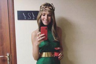 В зеленом платье и с экстравагантным головным убором: Катя Осадча заинтриговала эффектным аутфитом