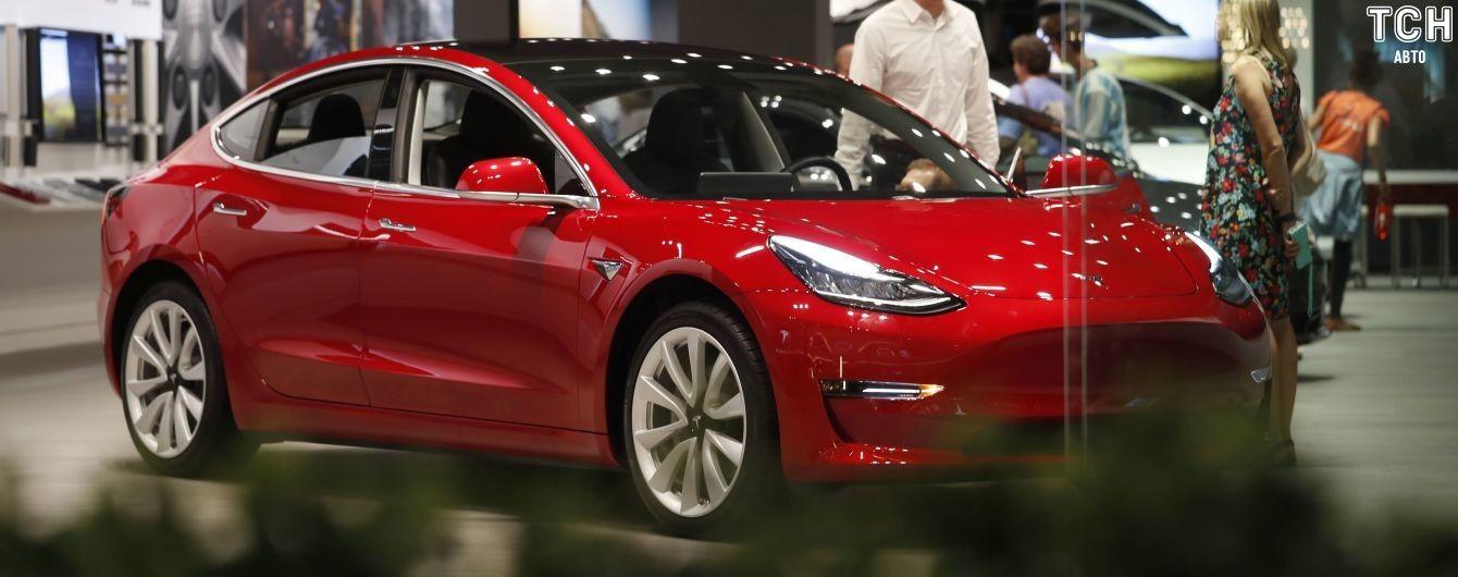 """Работники Tesla заявили, что Model 3 на заводе """"ремонтируют"""" изолентой. Фото"""