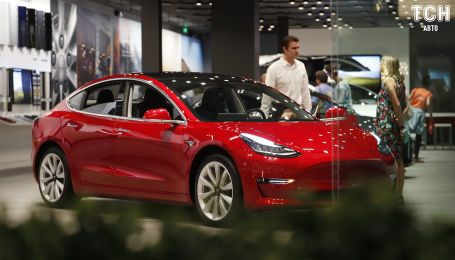 """Працівники Tesla заявили, що Model 3 на заводі """"ремонтують"""" ізолентою. Фото"""