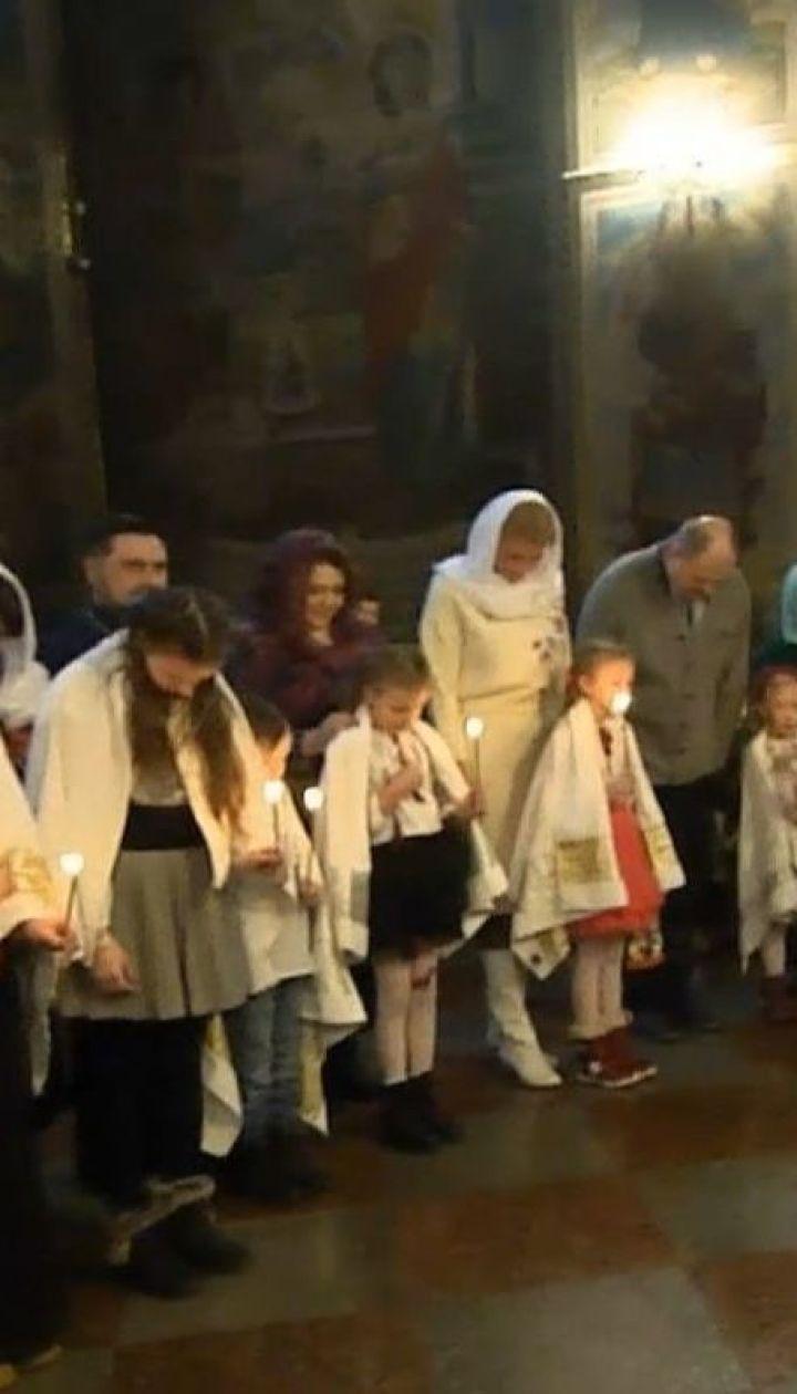 Митрополит Епіфаній вперше у новому статусі похрестив одразу 9 дітей