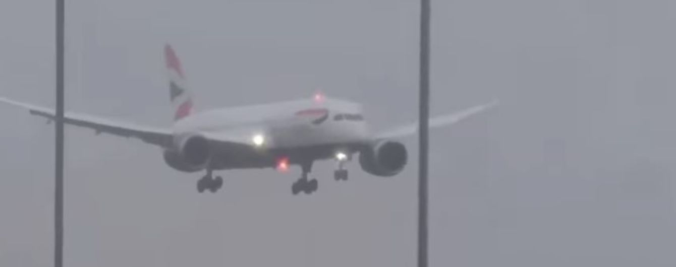 Британский самолет не смог сесть в аэропорту из-за урагана