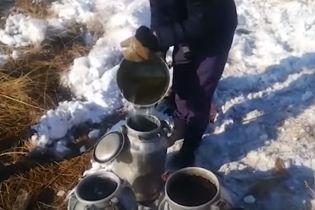 На границе Казахстана и России перевернулся спиртовоз. Местные черпают ведрами спирт из канавы