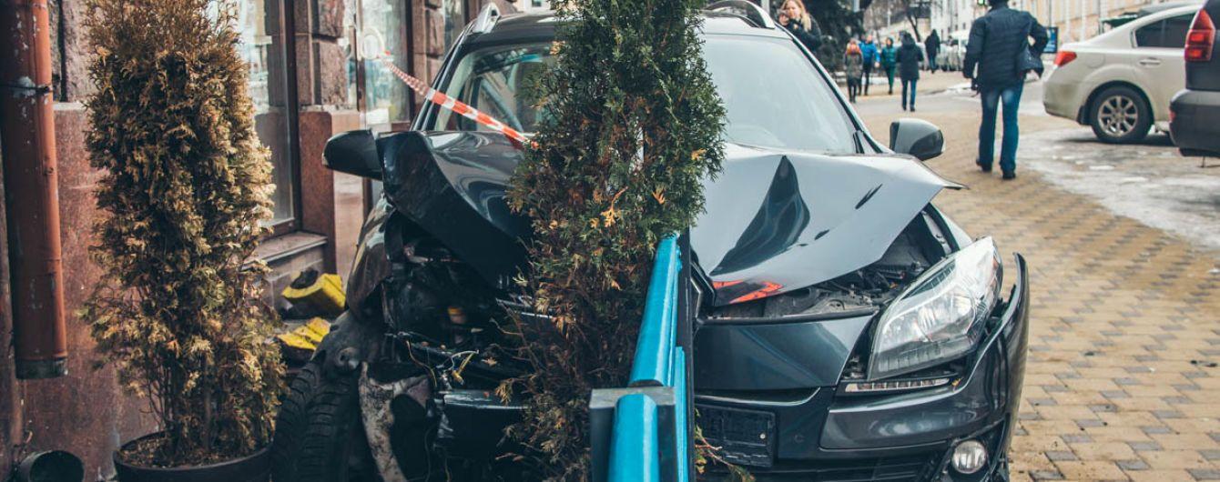 В центрі Києва автомобіль врізався в терасу ресторану