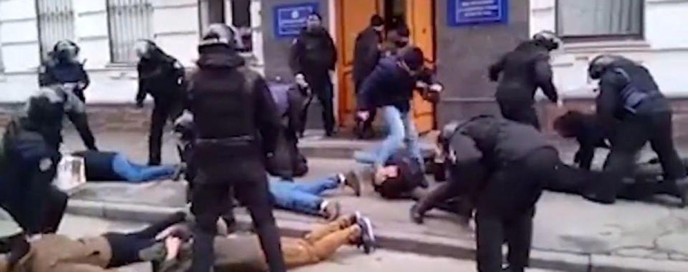 """Поліцейському, який бив активіста зі словами """"Лягай, Бандеро"""", повідомили про підозру"""