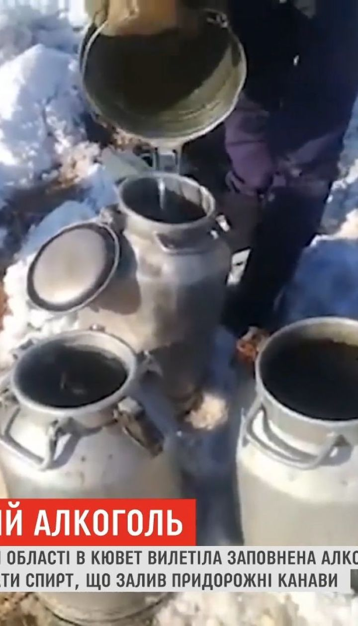 На севере Казахстана местные бросились собирать разлитый в результате ДТП спирт