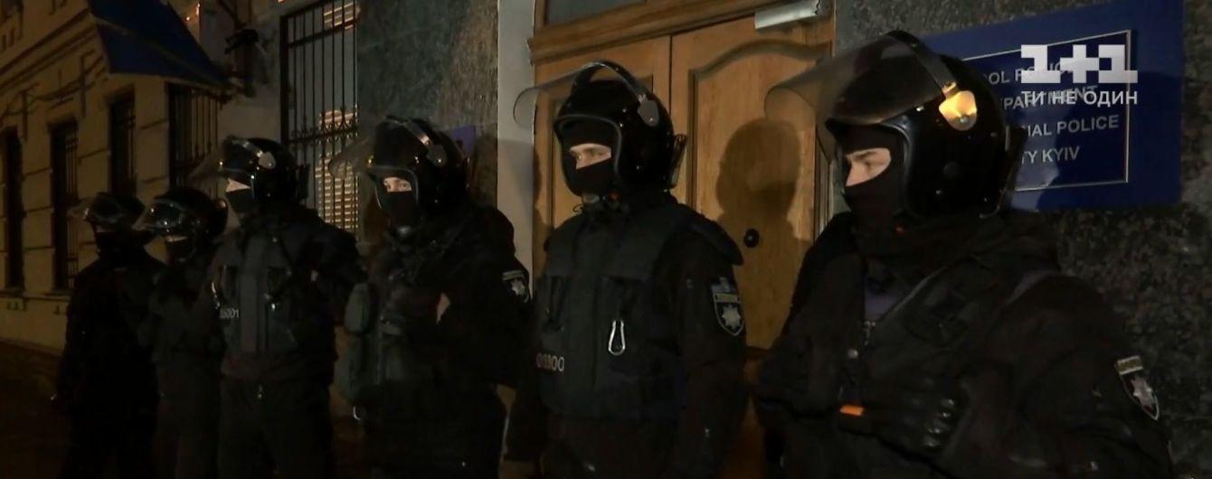 После дневных страстей Подольское отделение полиции Киева со всех сторон охраняют спецназовцы