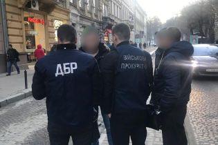 У Львові на хабарі спіймали працівника міграційної служби