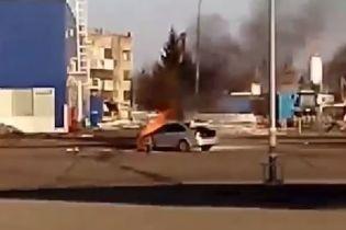 Во Львове на парковке ТЦ загорелся автомобиль