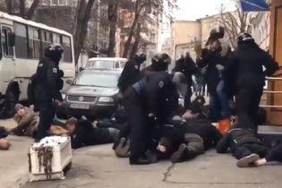 """В полиции пообещали наказать правоохранителей за избиение активистов и крик """"Ложись, Бандера"""""""