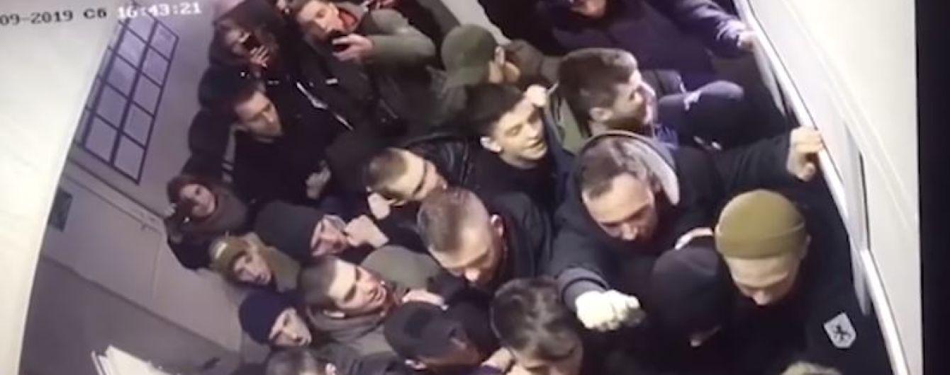 Поліція оприлюднила відео штурму райвідділу активістами у Києві