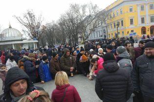 """В Одессе неизвестные """"кинули"""" сотни людей, собрав на проплаченный митинг за несуществующего кандидата"""