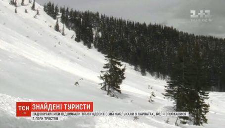 Спасатели нашли трех туристов, которые заблудились в Карпатах