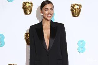 В костюмі на голе тіло: Ірина Шейк склала компанію Бредлі Куперу на церемонії BAFTA-2019