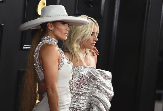 """Срібляста Леді Гага і Джей Ло у камінцях: зірки вразили сукнями на """"Греммі-2019"""""""