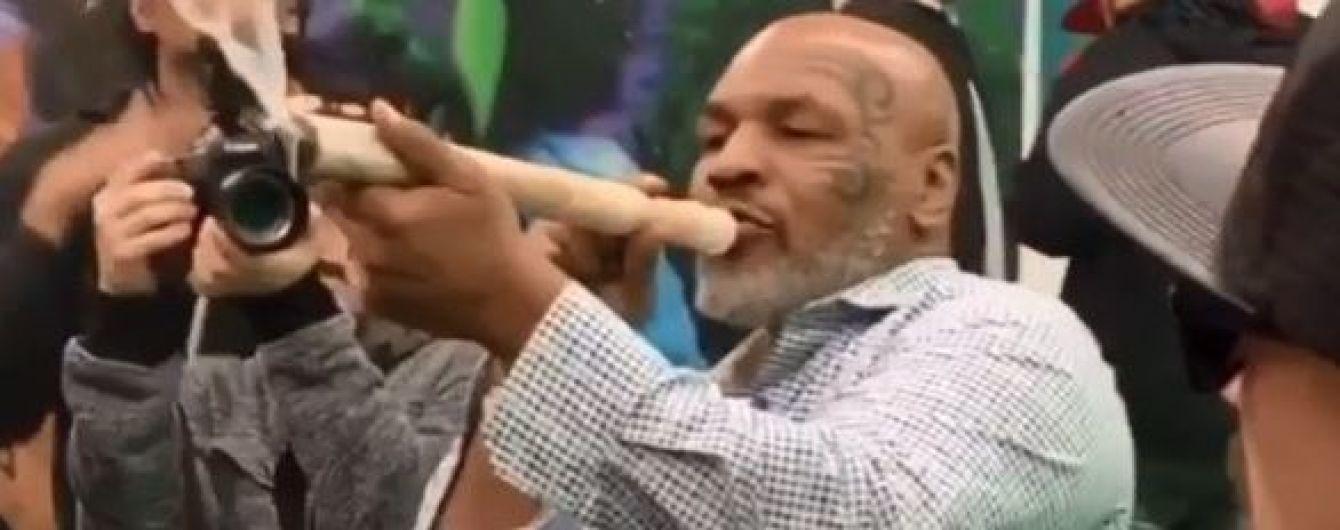 Майк Тайсон викурив здоровенний косяк на фестивалі марихуани