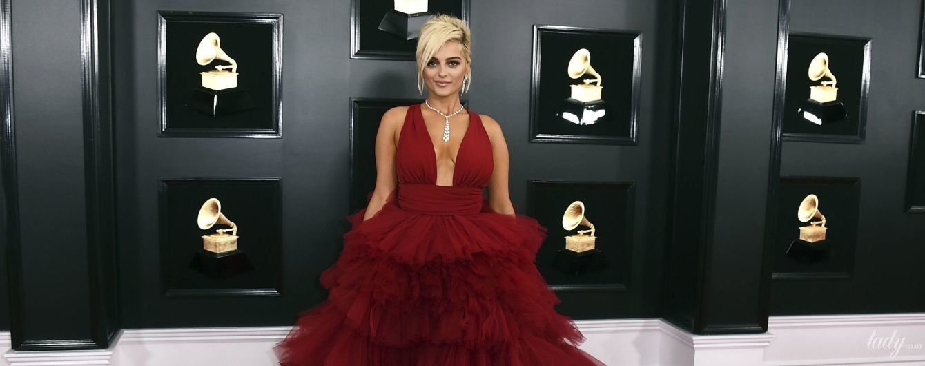 В пышном платье с глубоким декольте: Биби Рекса на красной дорожке музыкальной церемонии