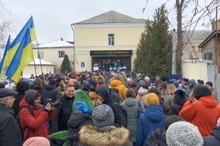 В центре Киева сотни людей пришли к Окружному суду, чтобы поддержать отстраненную Супрун
