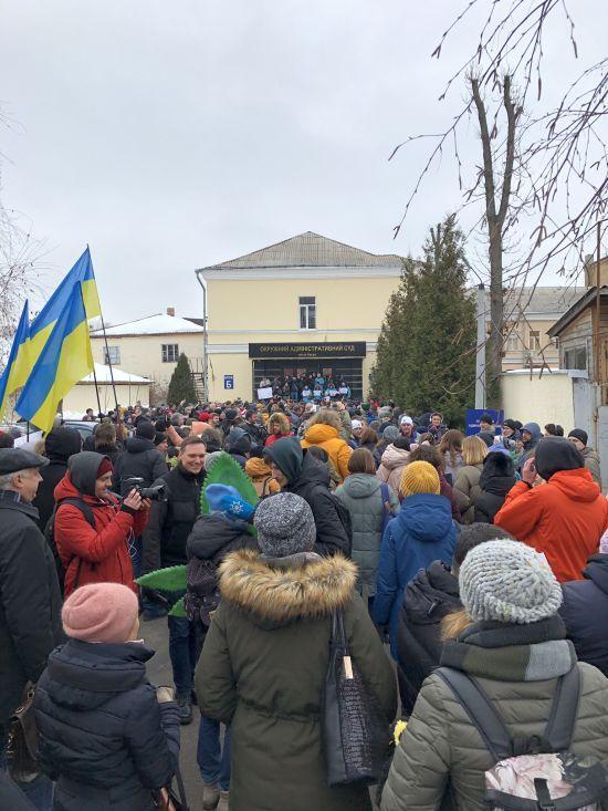 У центрі Києва сотні людей прийшли до Окружного суду, щоб підтримати відсторонену Супрун